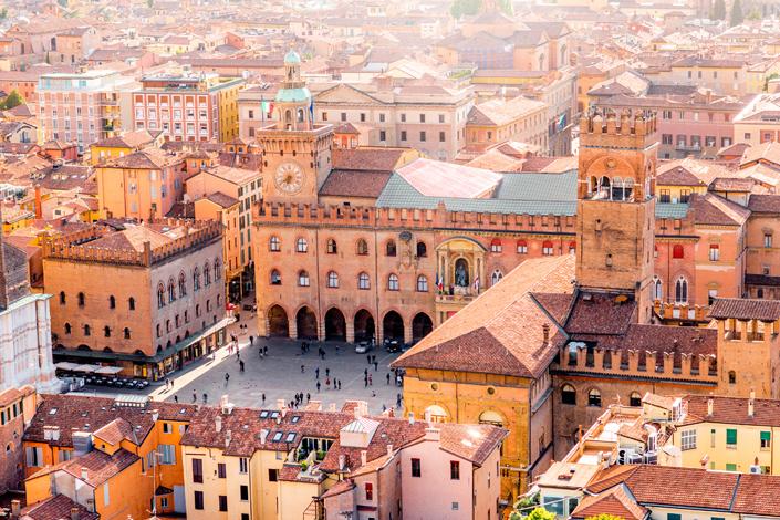 Bologne - vue sur le Palazzo Comunale et les bâtiments historiques bordant la Piazza Maggiore