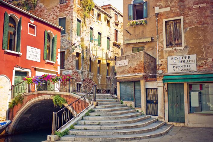Venise - un coin pittoresque avec des maisons multicolores et un pont en arc voûté sur le canal