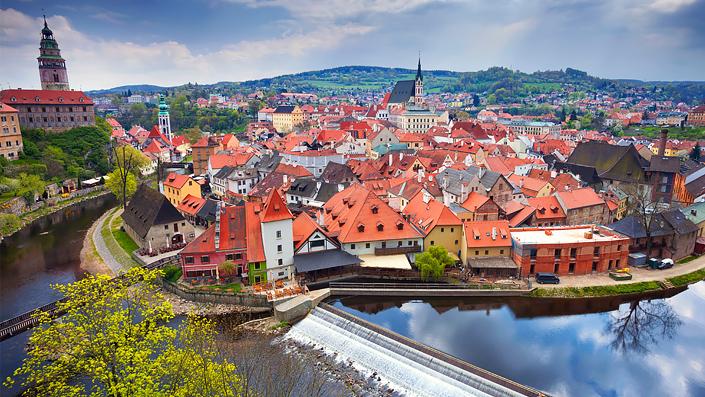 Cesky Krumlov - une vue panoramique de la ville historique et de la rivière Vltava
