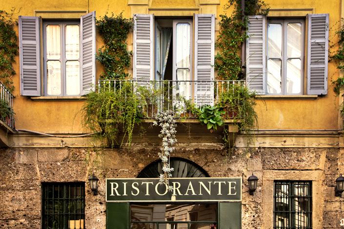 Milan - vue sur la façade d'un restaurant traditionnel du centre-ville historique