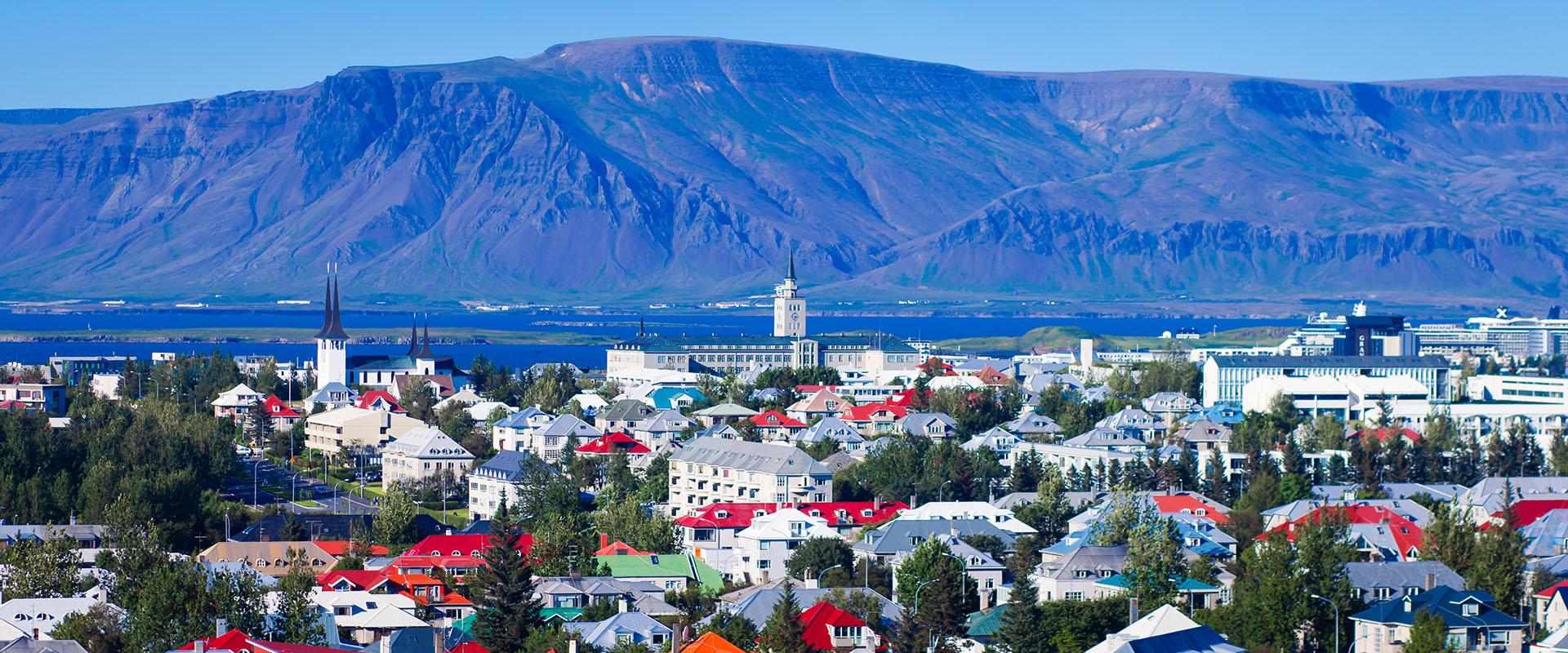 Reykjavik - une vue panoramique sur la ville et la baie, avec la chaîne de montagnes volcaniques Esja en arrière-plan