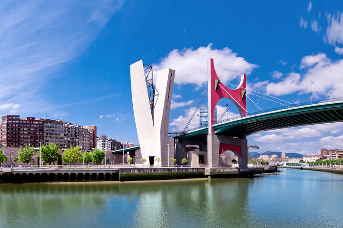 Bilbao - il ponte sul fiume Nervionnei pressi del museo Guggenheim