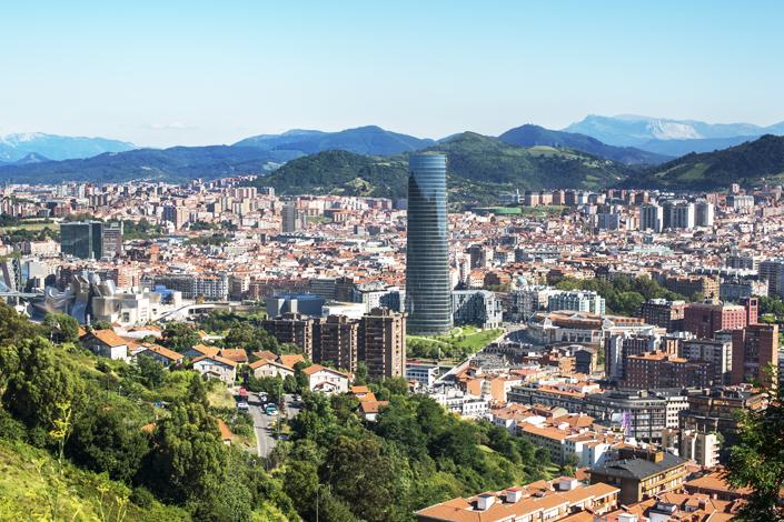 Bilbao - panorama della città con la dominante della più alta torrem la Iberdola e l'edificio del  museo Guggenheim