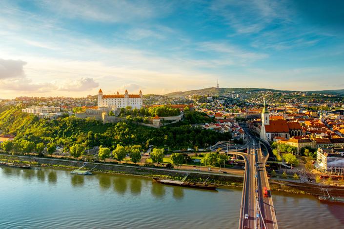 Bratislava - pohled na Bratislavský hrad a most SNP přes řeku Dunaj