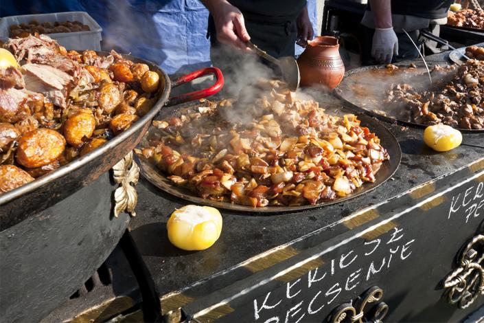 Tradiční maďarský perkelt připravovaný a prodávaný na tržišti