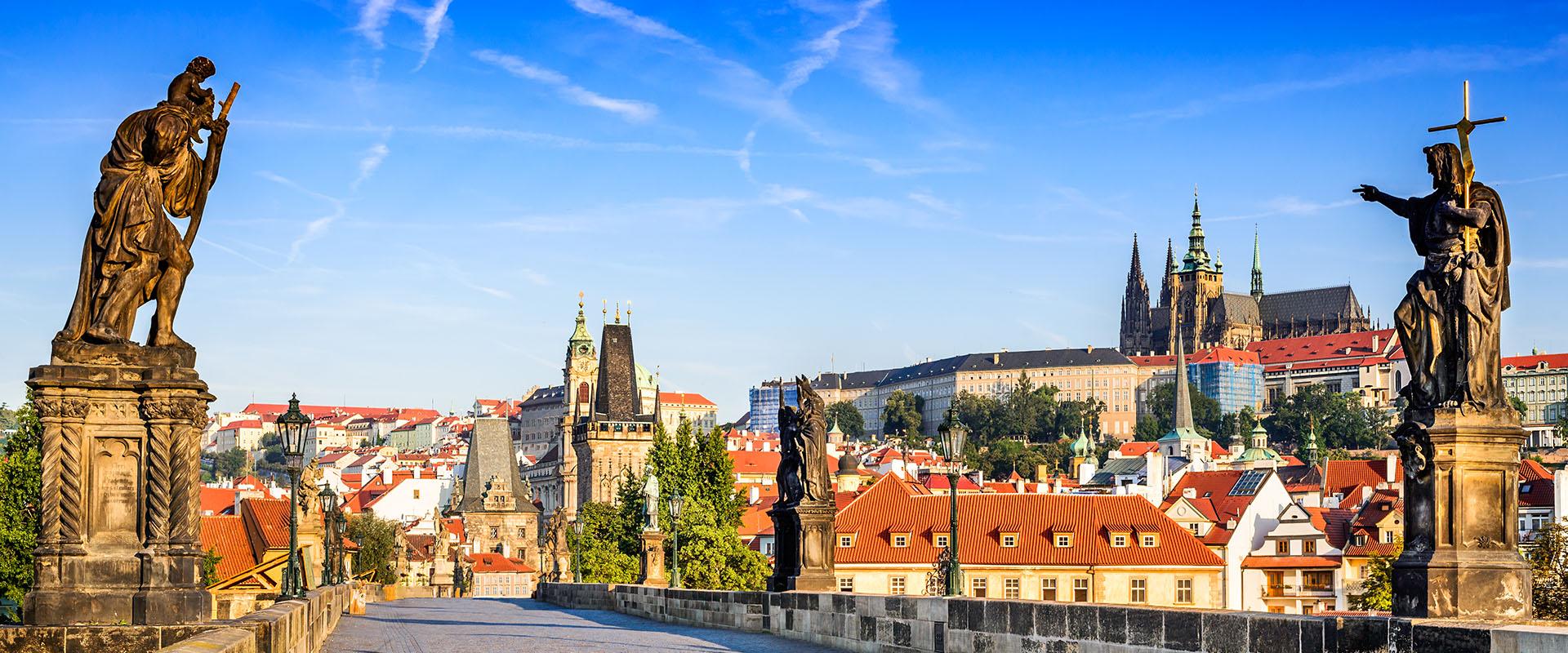 Prague - vue sur le pont Charles et le panorama du château de Prague