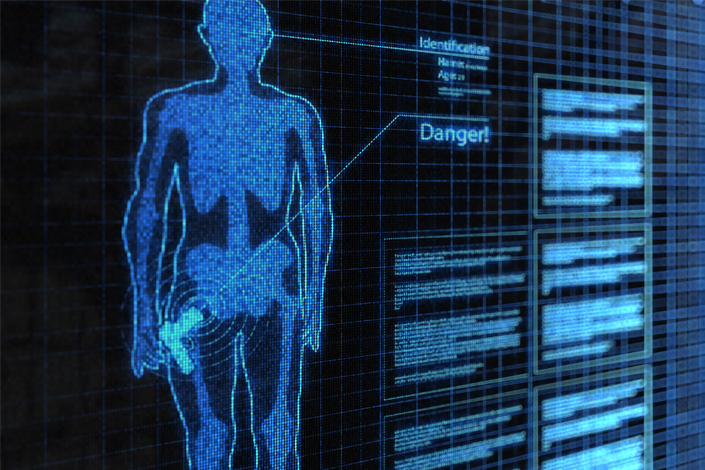 Controllo di sicurezza all'aeroporto - un body scanner ha individuato un oggetto pericoloso