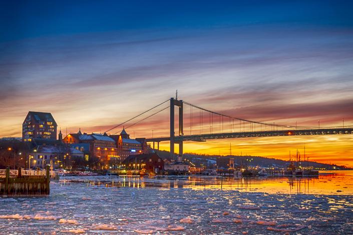 Göteborg - winterliche Aussicht auf die Brücke Älvsborg mit dem zugefrorenen Fluss Göta