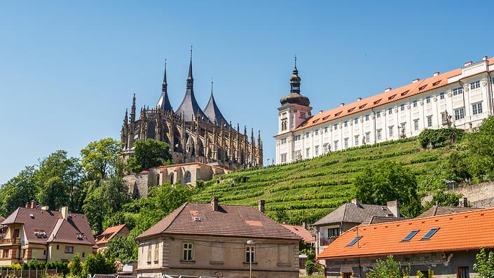 Kuttenberg - Panoramablick auf den Dom der hl. Barbara und das Jesuitenkolleg mit anliegenden Gärten