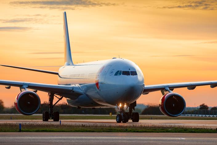 Letadlo ČSA Airbus A330 při rolování na dráze