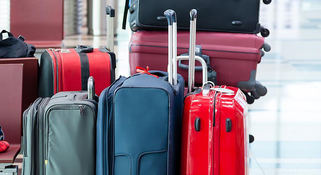 Bagagli pronti per il check-in all'aeroporto