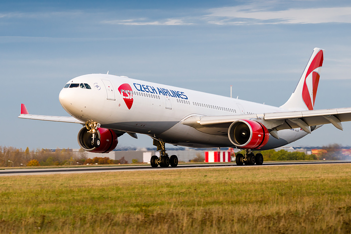 Самолет Czech Airlines Airbus A330 при взлете