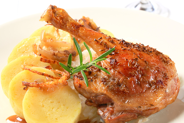 Canard rôti traditionnel tchèque avec boulettes de pomme de terre et chou