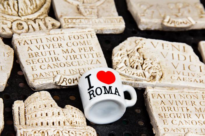 Recuerdos tradicionales de Roma: imanes de cerámica con monumentos romanos e inscripciones latinas