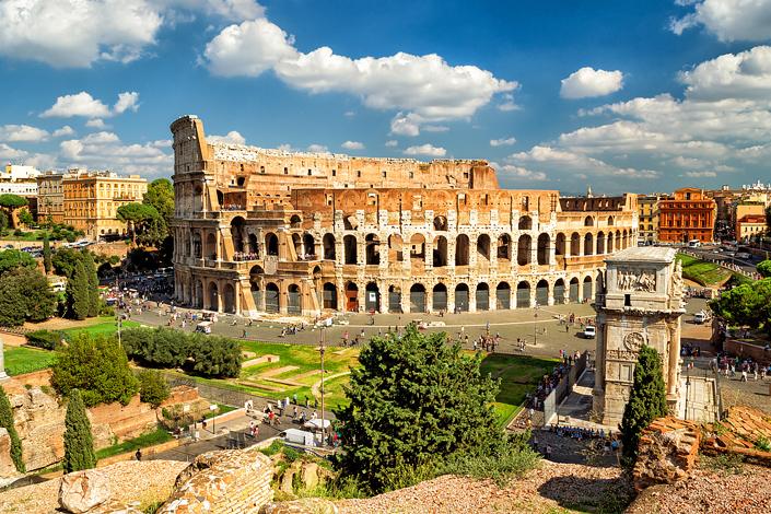 Roma - una vista del Coliseo y el Arco de Constantino