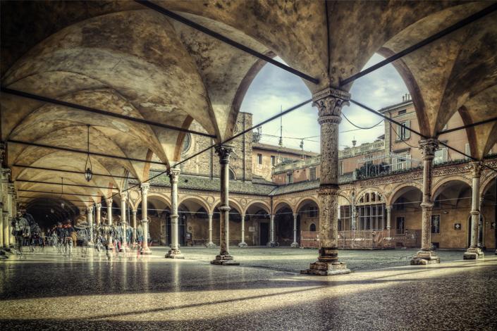 Bologne - une petite place entourée de couloirs d'arcade typiques